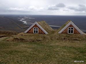Vue du toit d'une ferme islandaise sur fond du Sandur